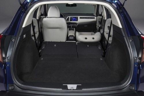 Chọn mua xe ô tô gia đình: Cốp xe rộng và hàng ghế cuối có thể gập phẳng.