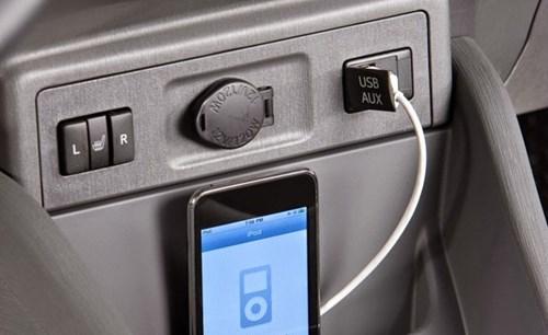 10 lưu ý không thể bỏ qua khi mua xe ô tô gia đình: Có nhiều cồng USB.