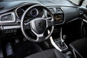 Tại thị trường Ý, Suzuki S-Cross 2016 có 3 bản trang bị là Easy, Cool và Top. Trong đó, bản tiêu chuẩn Easy đi kèm la-zăng 16 inch, tính năng Start/Stop động cơ tự động, hệ thống kết nối Bluetooth, 7 túi khí và hỗ trợ khởi hành ngang dốc.