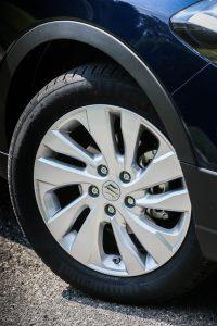 Ngoài ra, hãng Suzuki còn bổ sung bộ vành la-zăng có thiết kế mới cho S-Cross 2016. Trong đó, có cả bộ la-zăng 17 inch 2 màu mới.