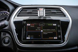 Xe chỉ được trang bị chất liệu bọc ghế mới và hệ thống thông tin giải trí với màn hình cảm ứng 7 inch.