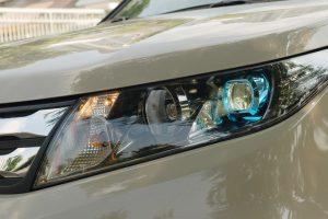 Cụm đèn pha Halogen mới được thiết kế bắt mắt với điểm nhấn là thấu kính Projector màu xanh dương.