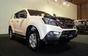 Isuzu MU-X định giá 899 triệu đồng, đối đầu Toyota Fortuner - ảnh 1