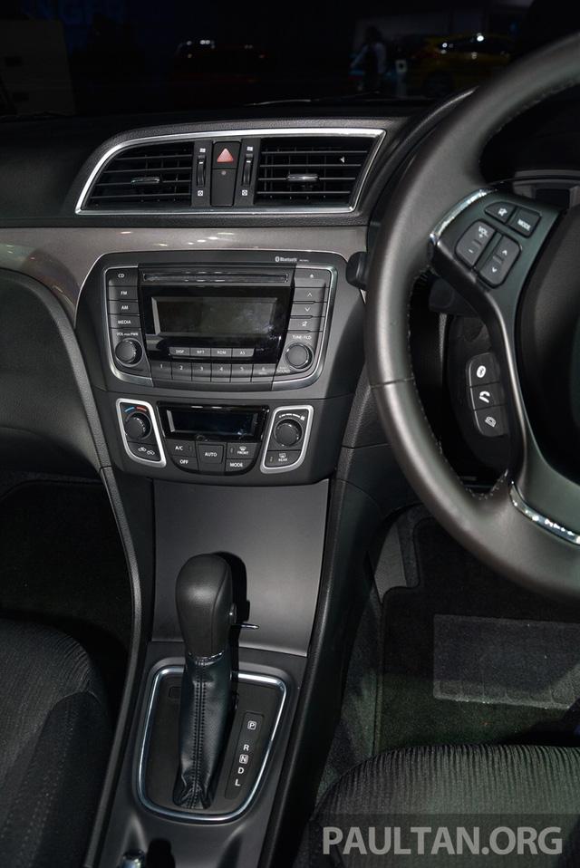 Sức mạnh được truyền tới bánh thông qua hộp số sàn 5 cấp hoặc CVT. Nhờ động cơ 1,25 lít, trọng lượng của Suzuki Ciaz dành cho thị trường Thái Lan giảm xuống còn 960 kg.