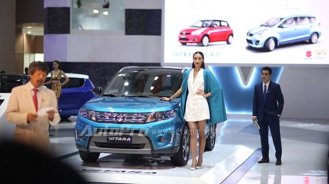 Suzuki cung cấp 14 màu sắc ngoại thất cho Vitara, bên cạnh đó sự kết hợp 2 màu sắc khác nhau cũng là điểm nhấn ở ngoại thất. Trong ảnh xe sở hữu ngoại thất xanh ngọc cùng nóc đen, ngoài ra còn có trắng nóc đen, cam nóc trắng.
