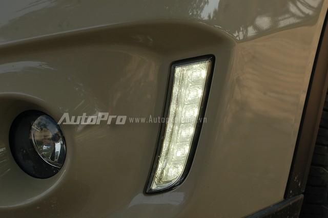 Ngoài ra, phía dưới cản trước, dãy đèn LED chiếu sang ban ngày cũng được tích hợp thêm với thiết kế thẳng đứng lạ mắt.