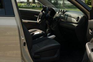 Không gian nội thất rộng rãi tuy nhiên thiết kế tổng thể thì lại đơn giản so với các đối thủ cùng phân khúc, trong đó điểm nhấn một số trang thiết bị cao cấp như ghế da, khởi động bằng nút bấm hay lẩy chuyển số trên vô lăng. Bên cạnh đó đồng hồ trung tâm thiết kế đẹp mắt, cửa sổ trời toàn cảnh hay khoang hành lý với sức chứa lên đến 375 lít; tạo nên điểm nhấn phong cách cho chiếc SUV thế thao.