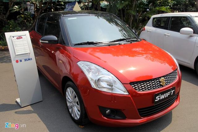 Suzuki Swift Speciale có logo mạ vàng và nóc tương phản với thân xe.