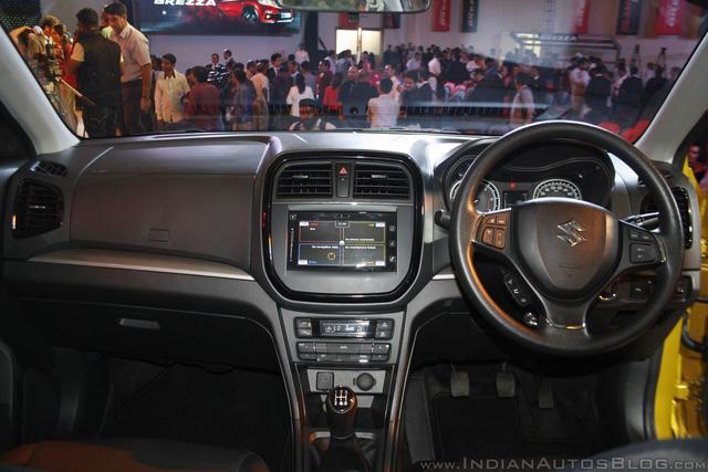Về trang thiết bị, Suzuki Vitara Brezza bản cao cấp Z có hệ thống thông tin giải trí SmartPlay, tích hợp định vị, camera lùi, nút bấm khởi động máy, hệ thống kiểm soát hành trình...
