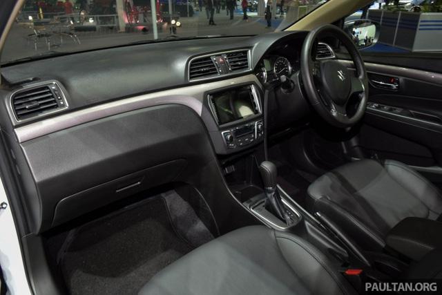 Bên trong Suzuki Ciaz RS 2016 có một số chi tiết bổ sung như nội thất màu đen tuyền, một số điểm nhấn màu bạc và ghế bọc da.